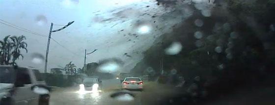 豪雨で土石流で巨大な石が落ちてきた