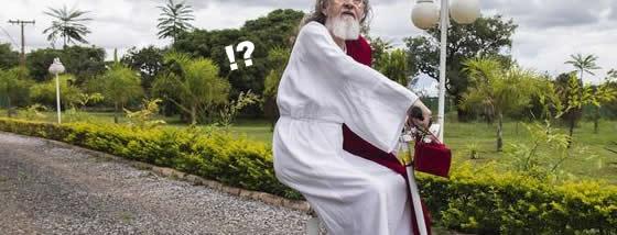 スクーターにのった牧師さんがキリストの生まれ変わりだと言い張る01