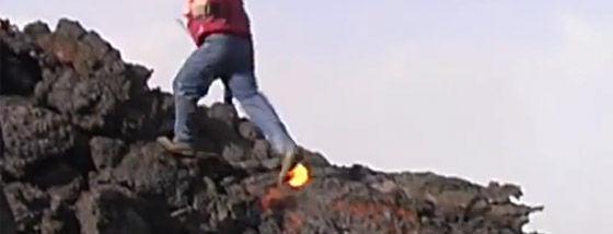 溶岩の上を走る男
