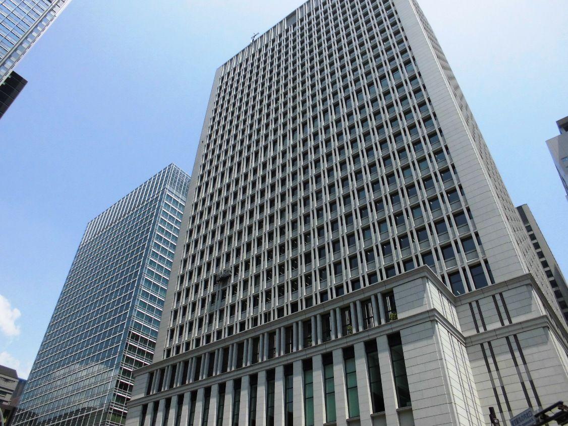 窓拭き ゴンドラの写真 : 日本生命丸の内ビルのゴンドラ