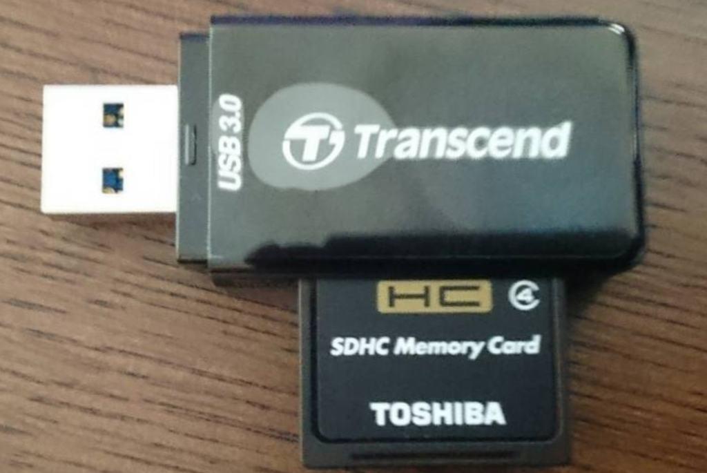 4使用したSDHC16GBメモリとUSB3.0のカードリーダ