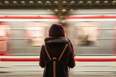 train-2593687_640