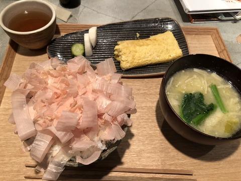 【画像】渋谷で大行列の定食(1000円)がこれ 美人店主が目の前でかつお節削ってくれるご褒美付