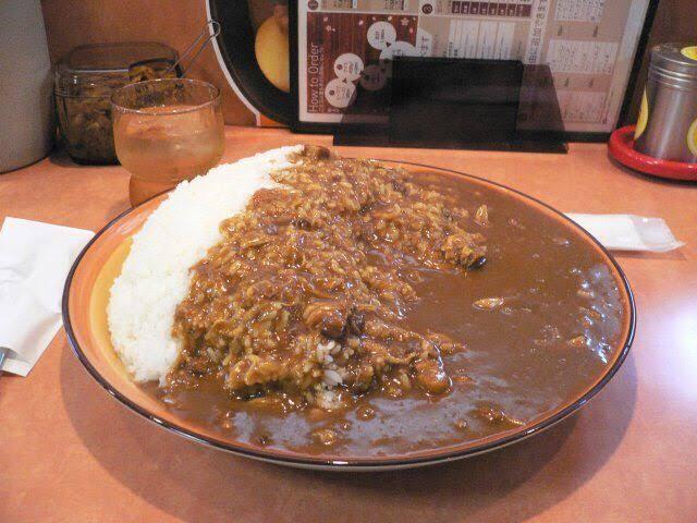 【画像】おまえらこの大盛カレーを完食出来る???????????