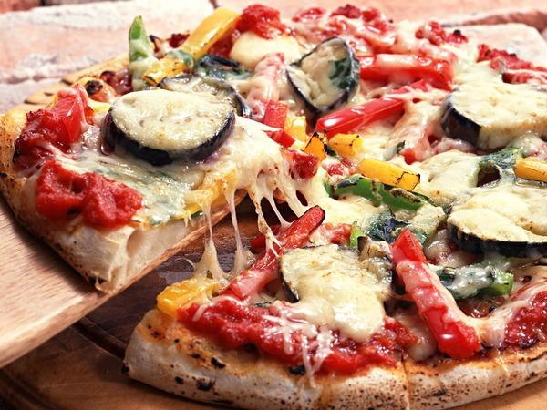 具だくさんでベーコンが美味しそうなピザ