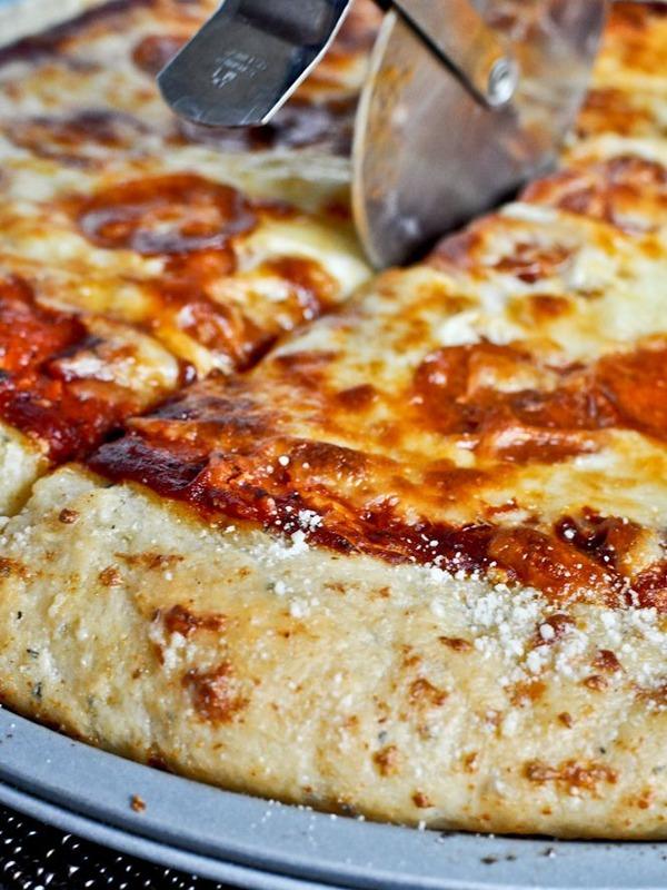 程よく焦げ目がついて美味しそうなピザ