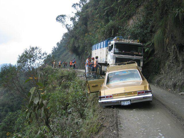 死の道路 ボリビアの山沿いにあるこの道路は死の道路と名づけられています。この道路... 世界一の