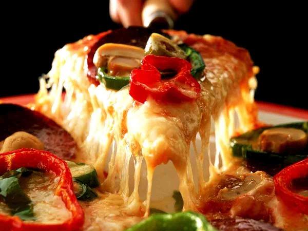 とろけるチーズが美味しそうなピザ
