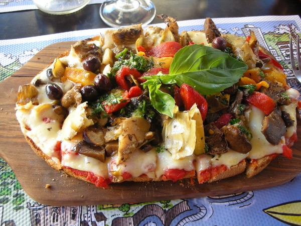 具だくさんで美味しそうなピザ