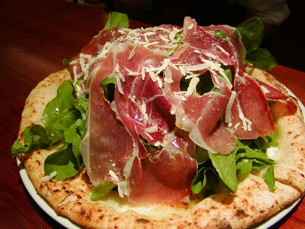 生ハムが乗ったピザが美味しそうなピザ