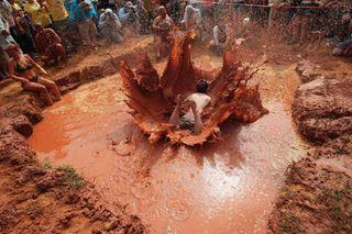 泥に飛び込むレドネック001