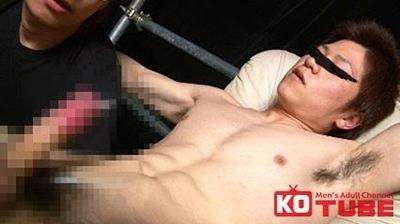 【ゲイ動画gaypornKO】感じすぎて亀頭真っ赤に充血膨張イケメン男子! 鍛えられた身体を、男のテクで感じさせられフェラの快感に思わず…