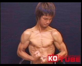 【ゲイ動画gaypornKO】童顔で可愛い顔してバキバキの筋肉とデカイ巨根! スリ筋サッカー青年!初めての男にビンビンMAX