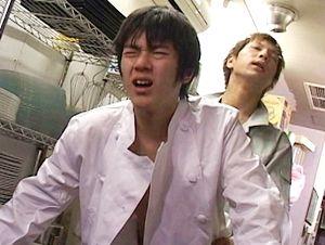 【イケメンゲイ動画】フレッシュ野菜をアナルにブチ込まれる童顔職人!! 見習いコックと酒屋のボーイズラブ!!調理場は2人のやり場!!
