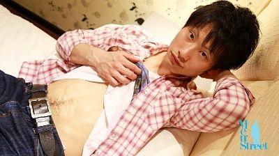 【ゲイ動画gayporn】耳まで真っ赤になって恥ずかしがるノンケが可愛いんだよ!! 関西弁のスリ筋青年が顔を赤くしながら女の子と生ハメ!
