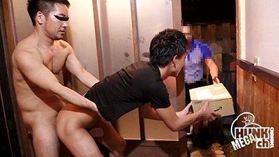 【gaypornゲイ動画Hc】お届け物です!って衝撃の光景が・・・ 玄関FUCK part1