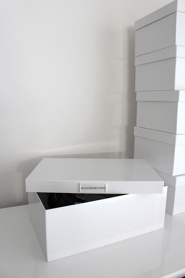【靴の収納を白一色でまとめました】横井パッケージさんの白い貼り箱とmon.o.toneさんの白いネームプレートでシンプル、スッキリ整理