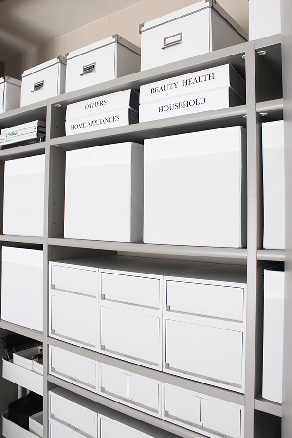 【取扱説明書の収納の見直し#3】収納スペースのレイアウトも美しく見えるよう揃える、洋書と一緒に整然と飾りながら収納する
