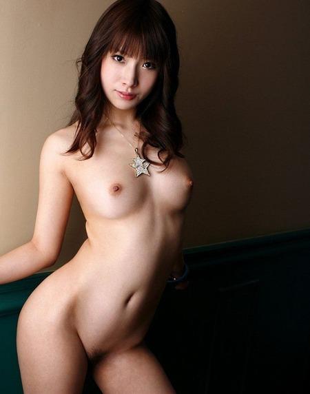 すっぽんぽんで全裸な若い女の子