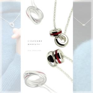 赤い糸入りのペアネックレス