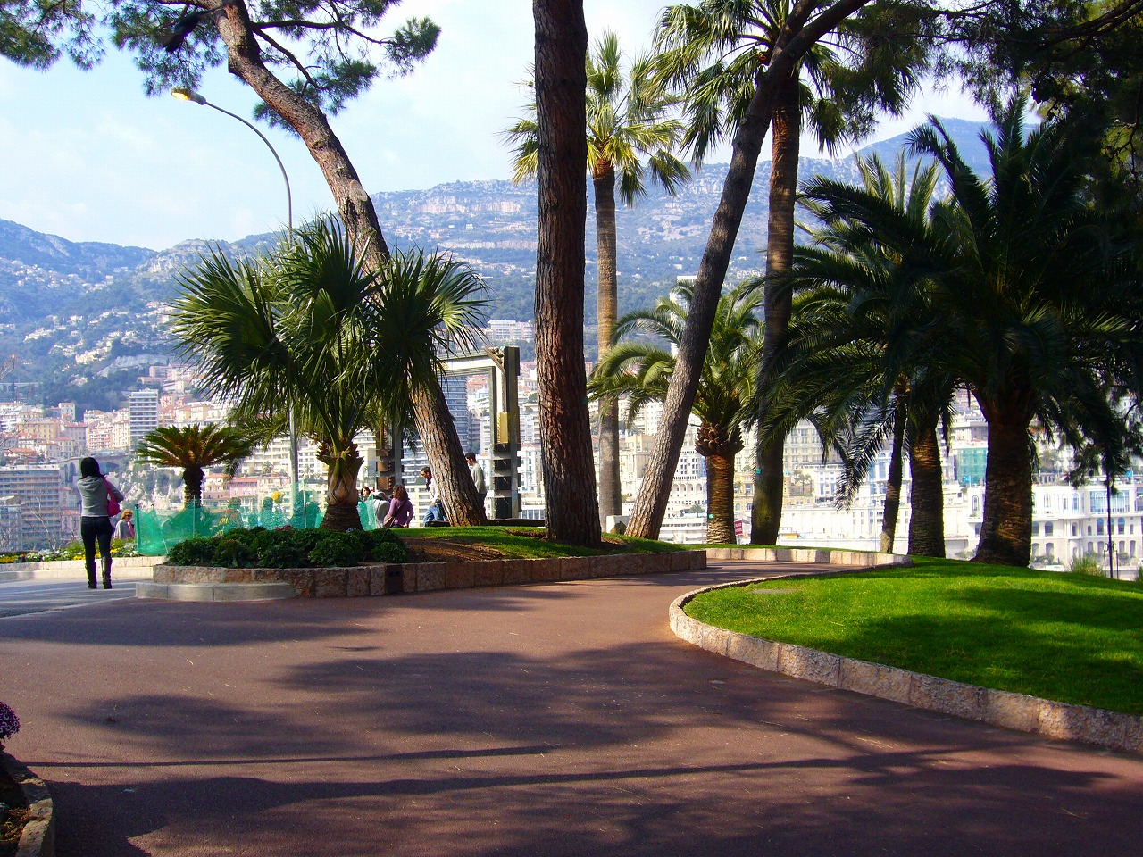 モナコの高台の公園を行く