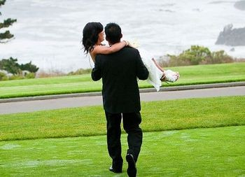 groom-carrying-the-bride2
