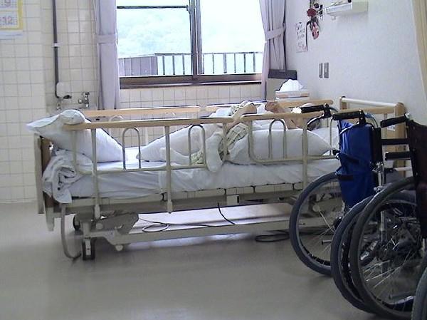 身体拘束の事例 ベッドから下りられないようにする拘束