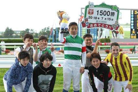 岩田1500勝の表彰に騎手仲間が大勢参加