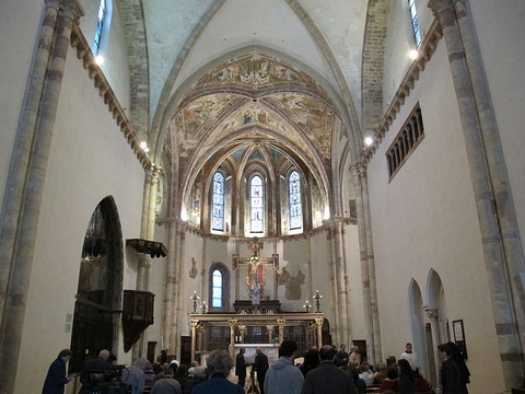800px-Assisi,_santa_chiara,_interno_02