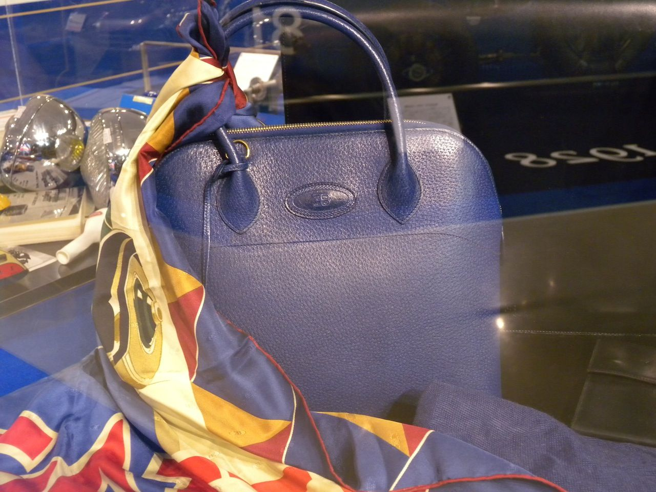 """0f8435751721 1990年代にEB110をもってブガッティが復活した際にはEBコレクションの名でファッション関連商品もライナップされ、""""ブガッティ""""の 復刻版ともいえるべきバッグも見事に ..."""