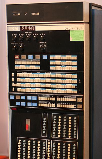 800px-IBM_7040_front_panel