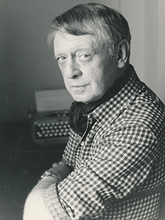 Anthony-Burgess-and-typrewriter