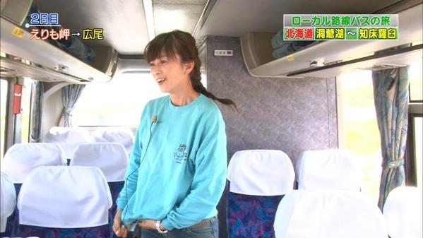 髪を編んでいる森尾由美さん