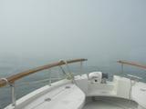 デッドスローで外洋の霧の中を進む