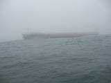 霧の中突然現れたタンカー