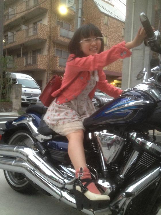 悠木碧さんが小山剛志さんのバイクに跨る写真