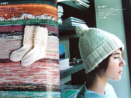 つの靴下と白い帽子