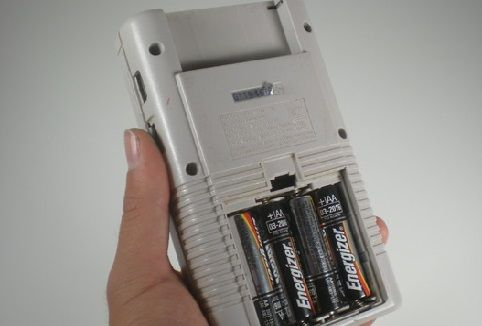ゲームボーイとかいう単三乾電池4本使って30時間しか持たないゲーム機wwwww