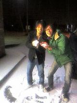 雪で喜ぶ人々