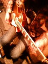 ギターソロを弾くヤマンダ氏