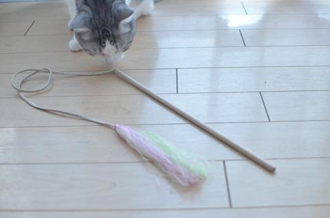 手作り猫じゃらしに大興奮のうちの猫