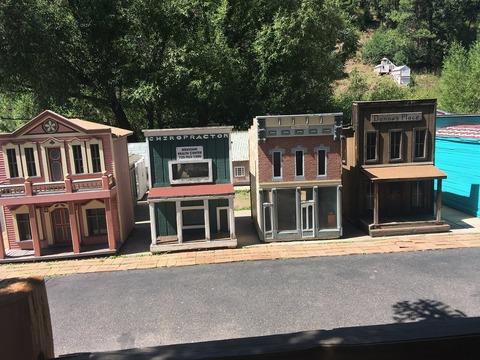 tiny town Thị trấn nhỏ gần như trở thành một thị trấn ma nhỏ