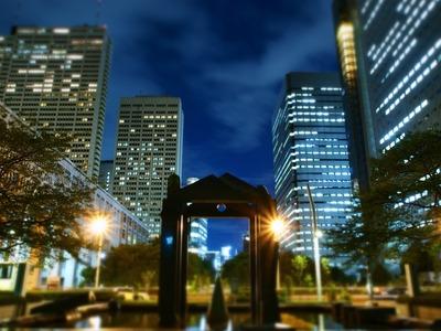 夜のビル街。