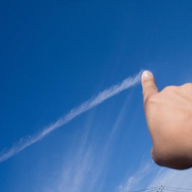 青いお空に白い線を引く。