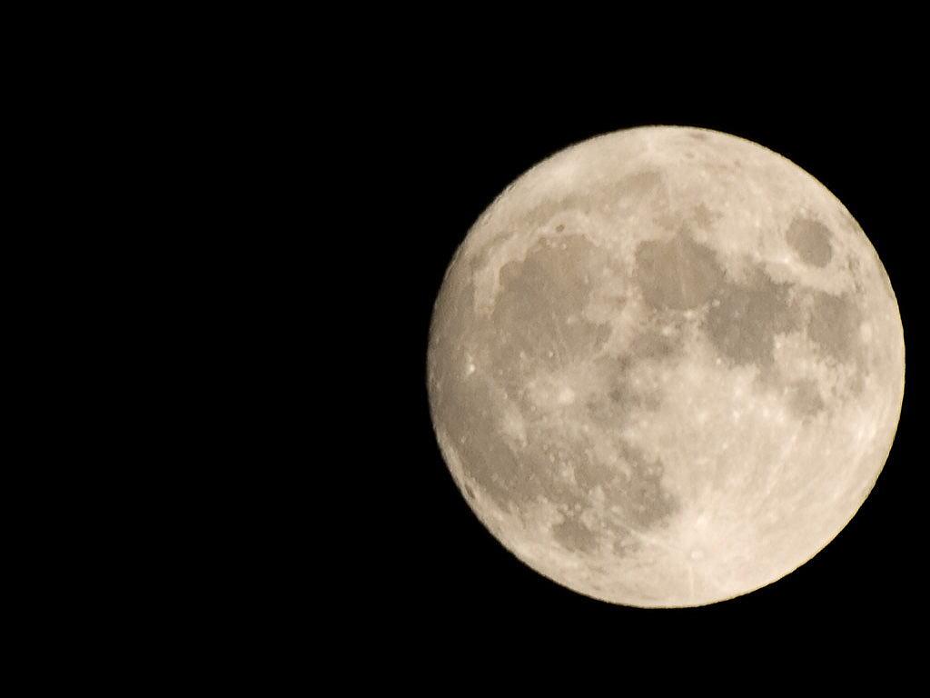 やや下の月。