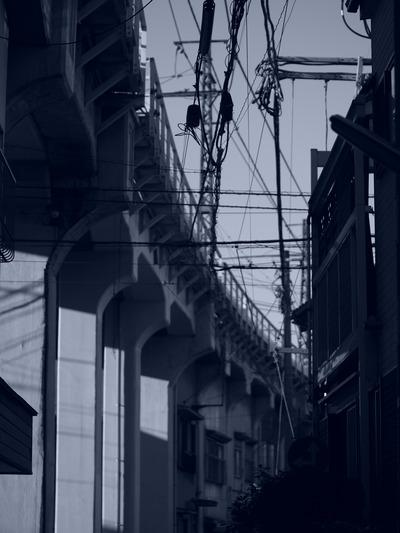 線路下の道。