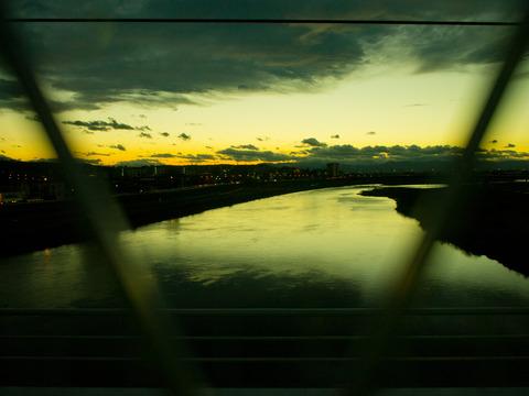 車窓から見える夕暮れの街。
