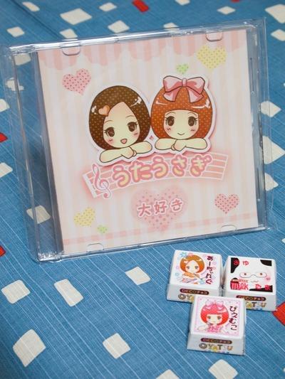 CD、可愛いチロルチョコつき。