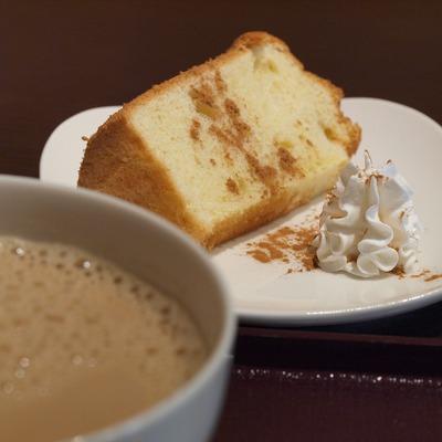 カフェ・オレボウルとシフォンケーキ。