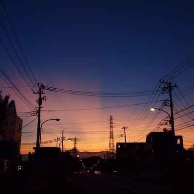 夕暮れ街道。
